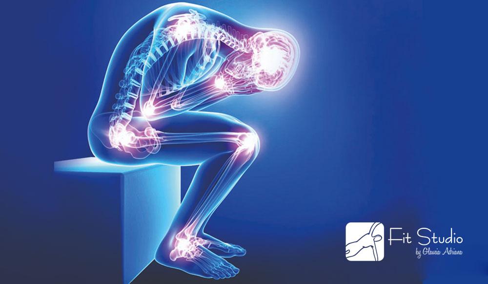 Através de movimentos feitos de forma progressiva com o controle consciente das ações musculares
